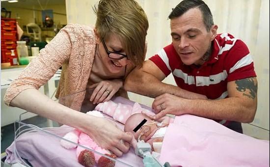 Bimba nata con il cuore fuori dal petto, sopravvissuta a terzo intervento