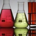 7226470-palloni-e-provette-in-un-laboratorio-di-chimica