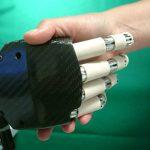 Enza Spadoni e i robot che stringono la mano