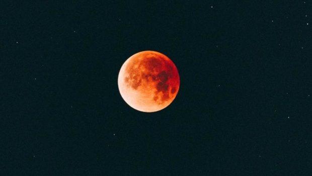 Stasera tutti con il naso all'insù a godersi l'eclissi di Luna da record