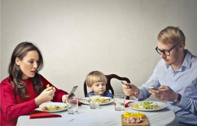 Figli maleducati? La colpa è dei genitori incollati allo smartphone